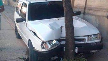 Automóvil despistó y chocó contra un árbol