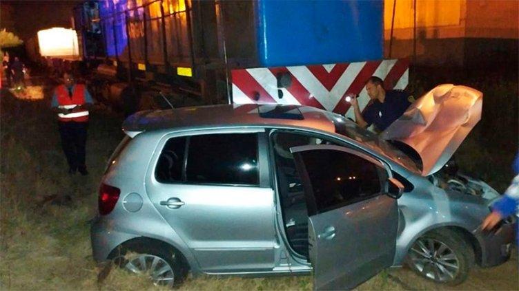Auto fue chocado y arrastrado por un tren de carga: Hospitalizaron a una mujer