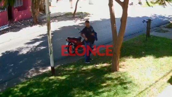 Video: Dejaron moto estacionada