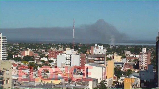 Video: Una gran columna de humo cubrió una zona de Paraná