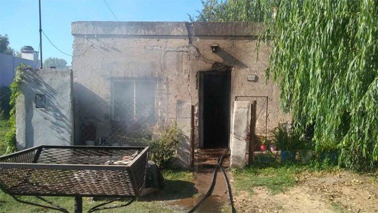 Se incendió el interior de una casa y una persona sufrió quemaduras
