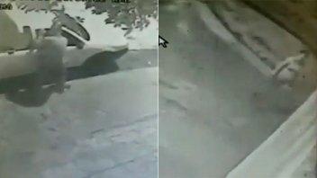 Video: Sujetó robó en un auto mientras su novia hacía de