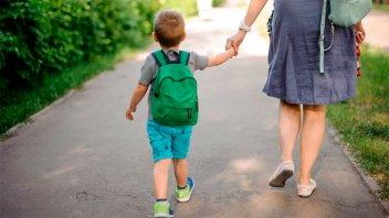 Hijos e hijas de madres y padres separados deben permanecer en un solo domicilio