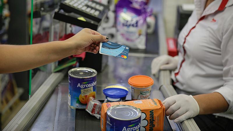 Usuarios de la tarjeta Alimentar concurren a supermercados.