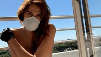 Con guantes y barbijo: Actriz trans cumple la cuarentena desnuda en el balcón