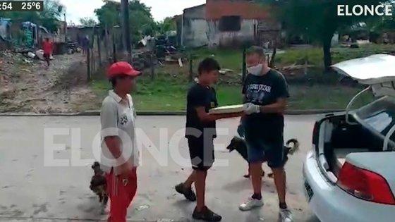 Solidaridad en la cuarentena: Dueño de rotisería repartió pizzas en El Volcadero