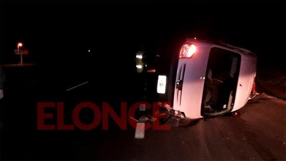 Volcó una camioneta sobre Acceso Norte: Se presume que el conductor estaba ebrio