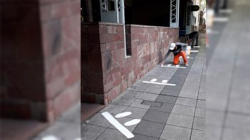 Pintaron las veredas para marcar distancias frente a cajeros y el Correo