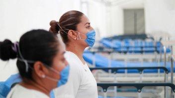 México: rocían con agua con cloro y obligan a bajar de colectivos a enfermeras