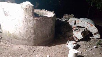 Demolían un tanque de agua cuando una parte de la estructura les cayó encima