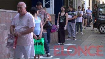 Video: Así se respeta la distancia marcada en bancos y el Correo