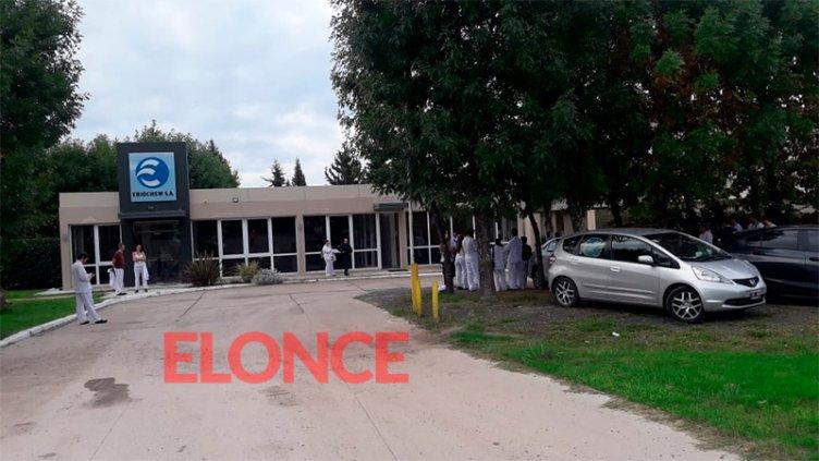 Principio de incendio afectó la planta Eriochem: Bomberos trabajaron en el lugar