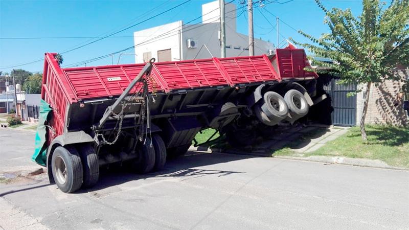 Fotos: Acoplado se desprendió del camión y se incrustó en un garaje de Paraná