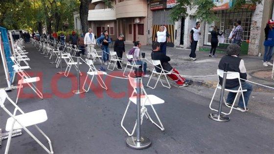 Calle cortada y sillas para esperar frente al banco de calle La Rioja