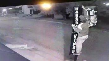Video: Se robó un reflector y quedó registrado