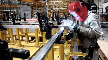 UIA asegura que en un año se perdieron 302.500 empleos en el sector privado