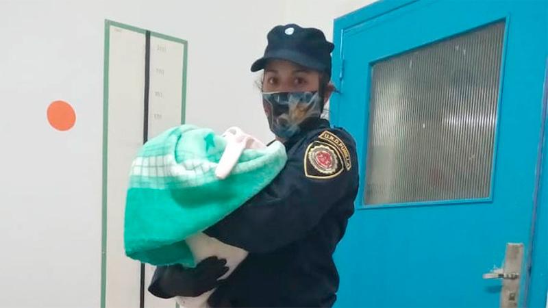 Sofía en brazos de una oficial de Punilla.