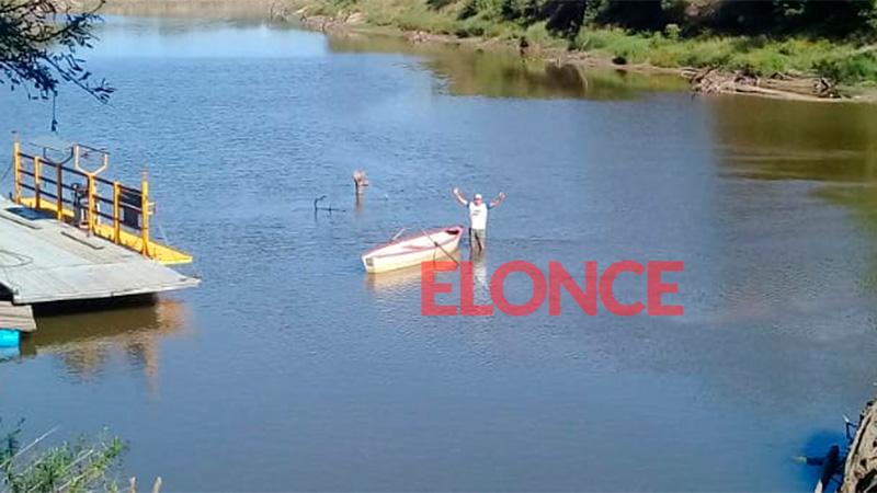 Carlos, está parado en la mitad del arroyo con el agua dejado de las rodillas.