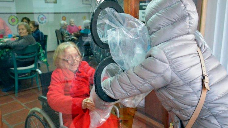 Un hogar de ancianos implementó una original idea para volver a los abrazos