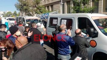 Choferes y transportistas escolares protestaron en el municipio de Paraná