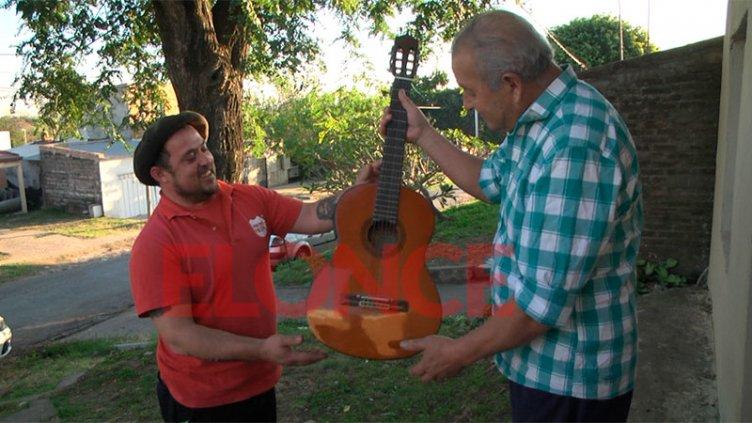 Le llevaron su guitarra en un allanamiento y un hombre le regaló otra