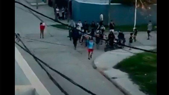 Policías persiguieron a ladrón y fueron acatados a piedrazos: Video