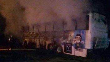 Piedrazos y tiros: Quemaron un colectivo, agredieron a bomberos y a policías
