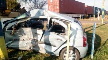 Un tren embistió un auto y una policía resultó herida