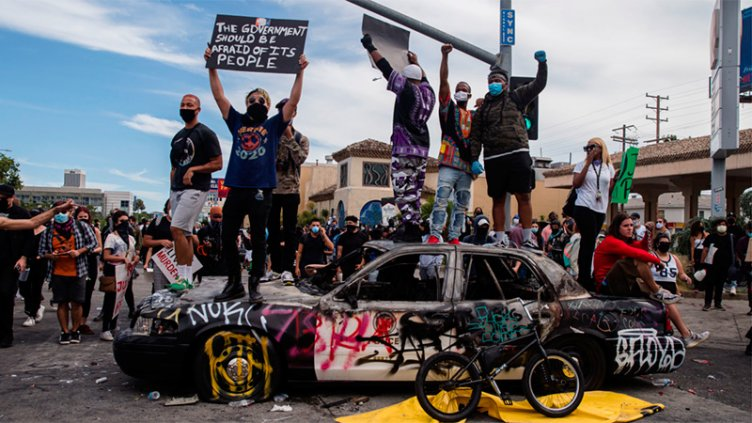 Protestas y disturbios contra la violencia policial se extienden por todo EEUU