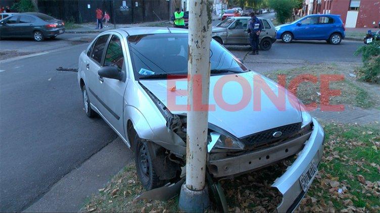 Automovilista perdió el control tras ser chocado y terminó contra un poste