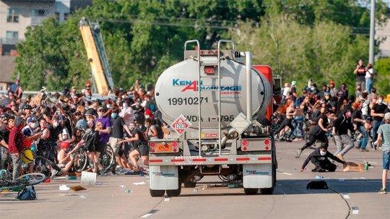 Protestas en EE.UU: La policía mató a hombre y camionero embistió manifestantes