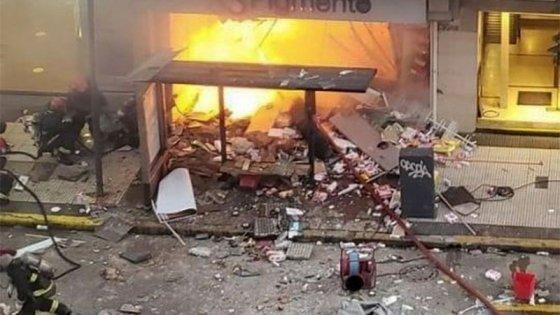 Explotó y se incendió una perfumería: dos bomberos muertos y seis internados