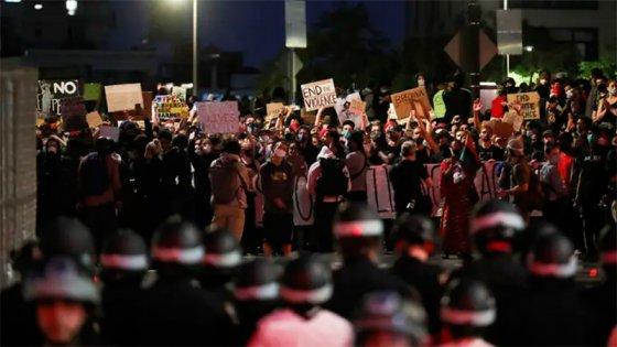 Trump ordenó desplegar el Ejército y las protestas se intensificaron en EEUU