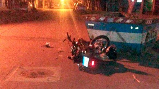 Joven fue internada tras chocar un contenedor en su moto cuando iba a trabajar