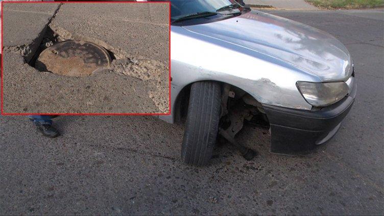 No advirtió el pozo de una tapa de obras sanitarias y terminó con el auto roto
