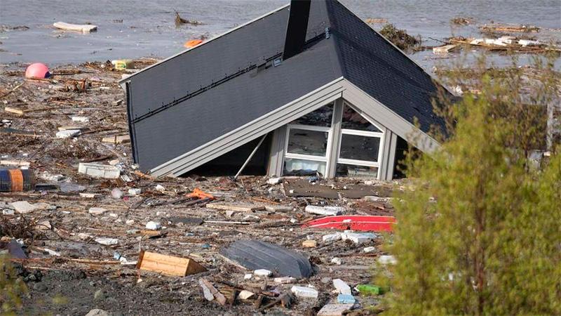 Deslizamiento de tierra arrastró a ocho casas en Noruega — Impactante video