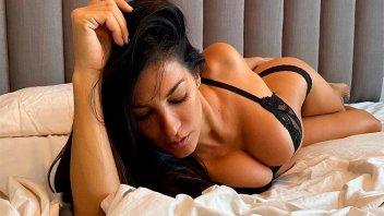 Después de desafiar a todos a desnudarse, posó muy sensual desde la cama