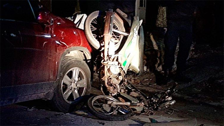 Violento choque: Entraba al garaje y una moto se incrustó contra su auto