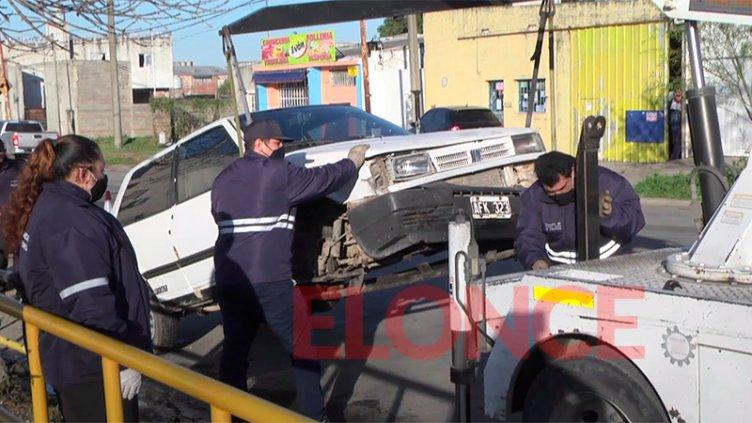 Conductora perdió el control del auto y arrancó de cuajo una baranda de escuela