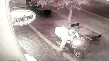 Video: Así roban en dos minutos la moto de un cadete en comercio santafesino