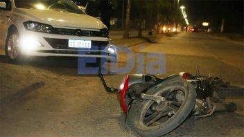 Auto dobló en U y chocó a dos jóvenes que resultaron lesionados