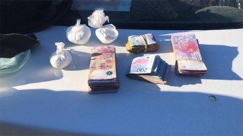 Trasladaban cocaína y más de 100.000 pesos en efectivo en un remis