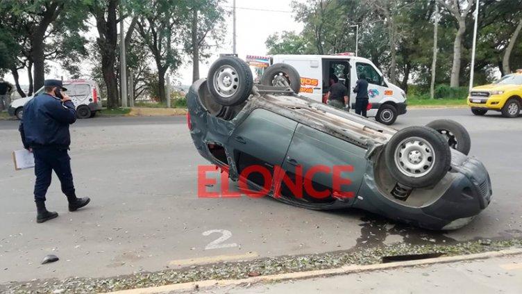 Tremendo accidente en Paraná: Camioneta volcó y hospitalizaron a una familia
