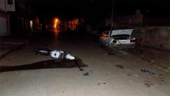 Hospitalizaron a dos jóvenes que chocaron su moto contra un auto estacionado