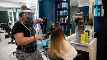 Rosario: Dos trabajadoras y una clienta de una peluquería con Covid-19