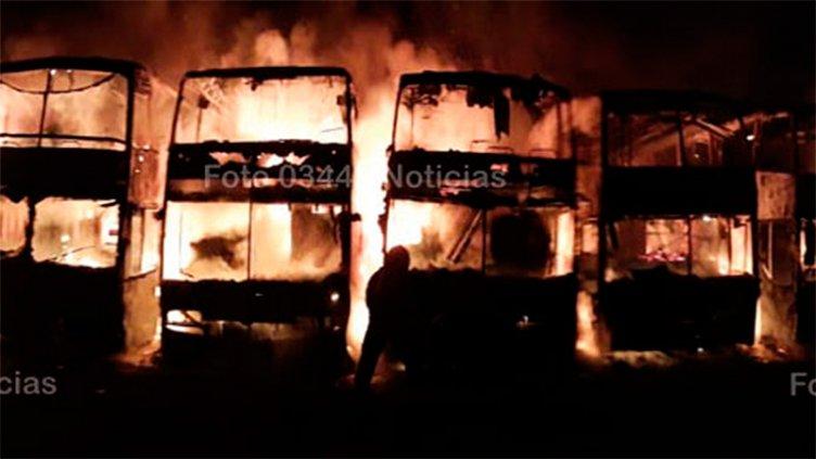 Al menos 8 colectivos fueron devorados por las llamas en Concepción del Uruguay