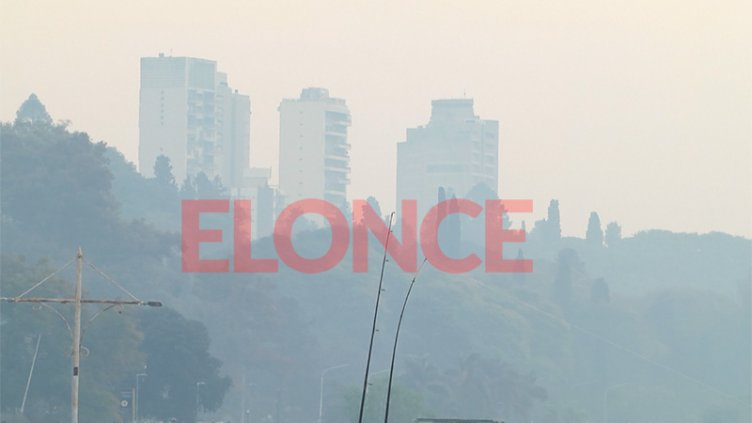 Gran cantidad de humo cubre el cielo de Paraná y caen cenizas