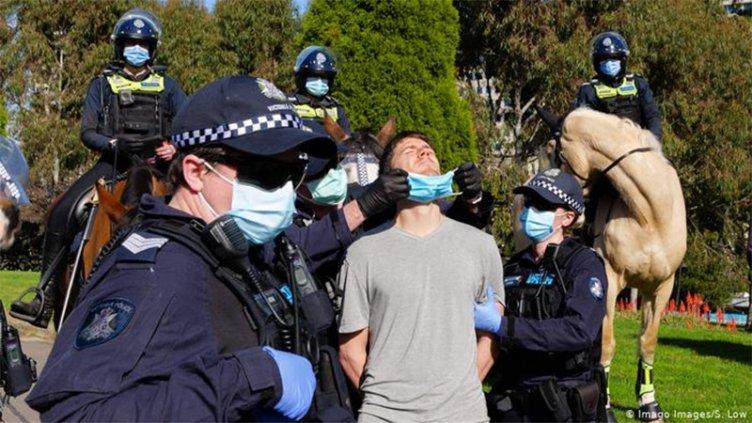 Australia con toque de queda y Europa opta por las restricciones focalizadas