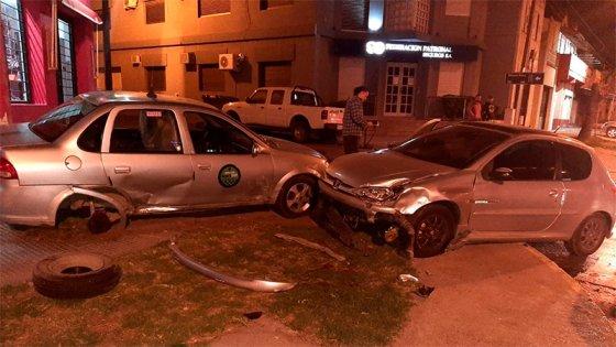 Tremendo impacto entre un auto y un remis en una esquina
