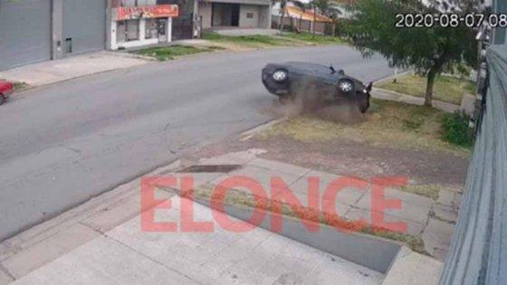 Video: Así fue el choque y vuelco de un auto
